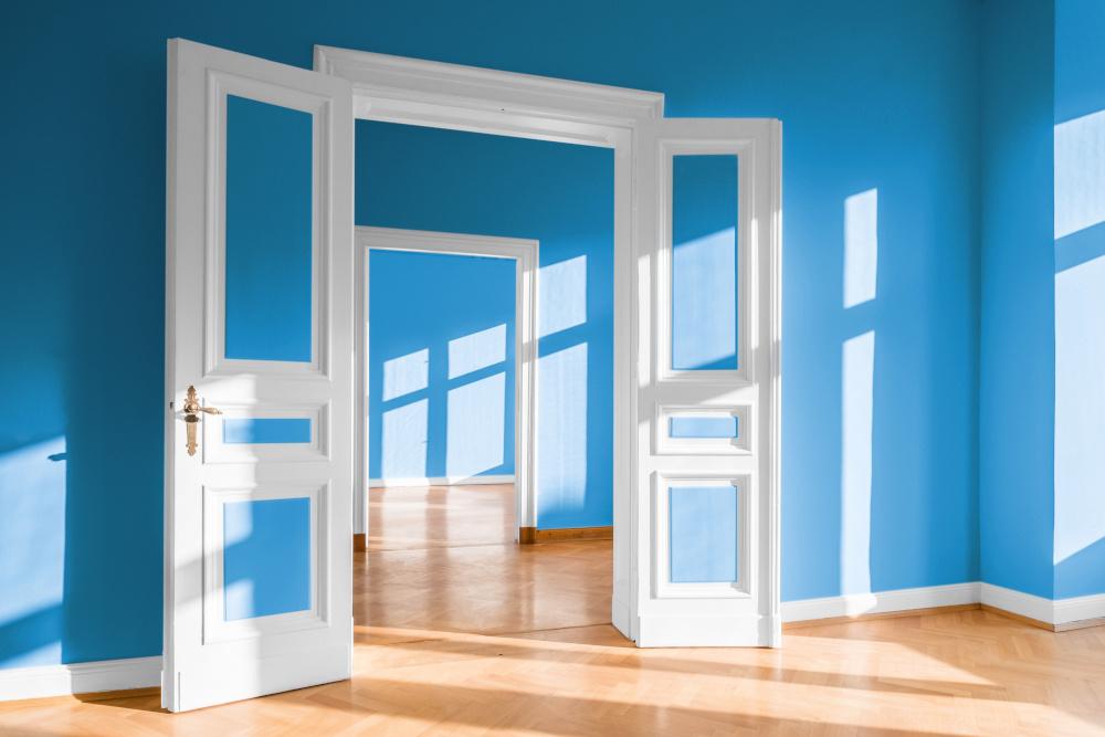 puste mieszkanie z niebieskimi scianami