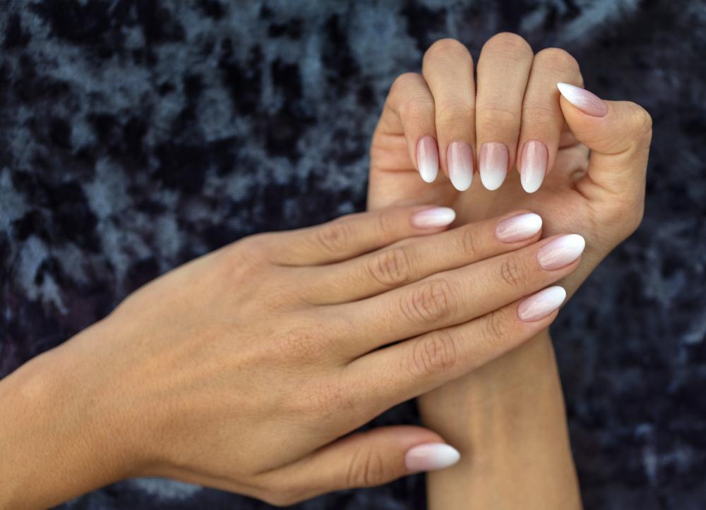 piekny francuski manicure na paznkociach