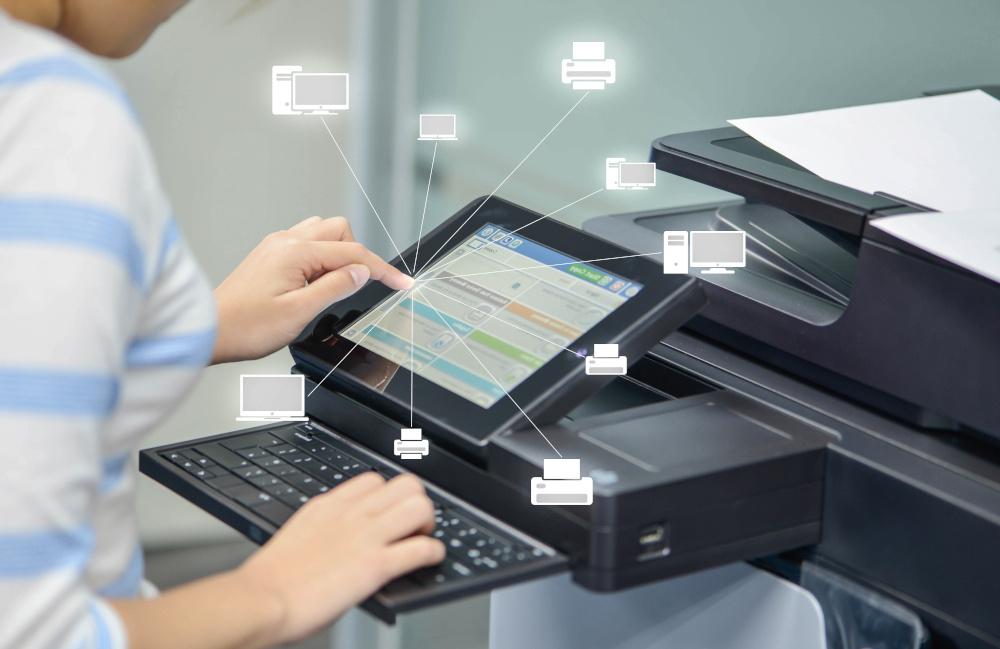 kobieta urzywa drukarki do zeskanowania dokumentow znajduja sie ikony z drukarkami i kompureami