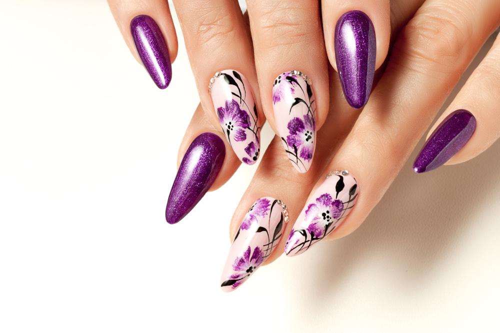 kobiecy manicure ze wzorami na paznokciach