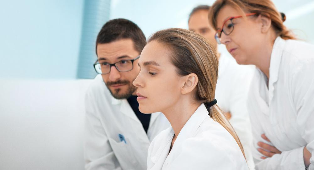 analizowanie badań przez przyszłych stomatologów