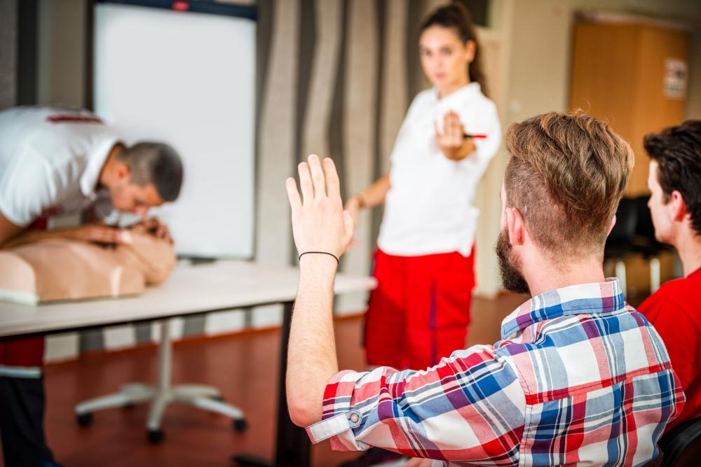 przeprowadzana resustytacja przez mezczyzne inny mezczyzna zglasza sie i jest wskazany przez kobiete ktora przeprowadza szkolenia