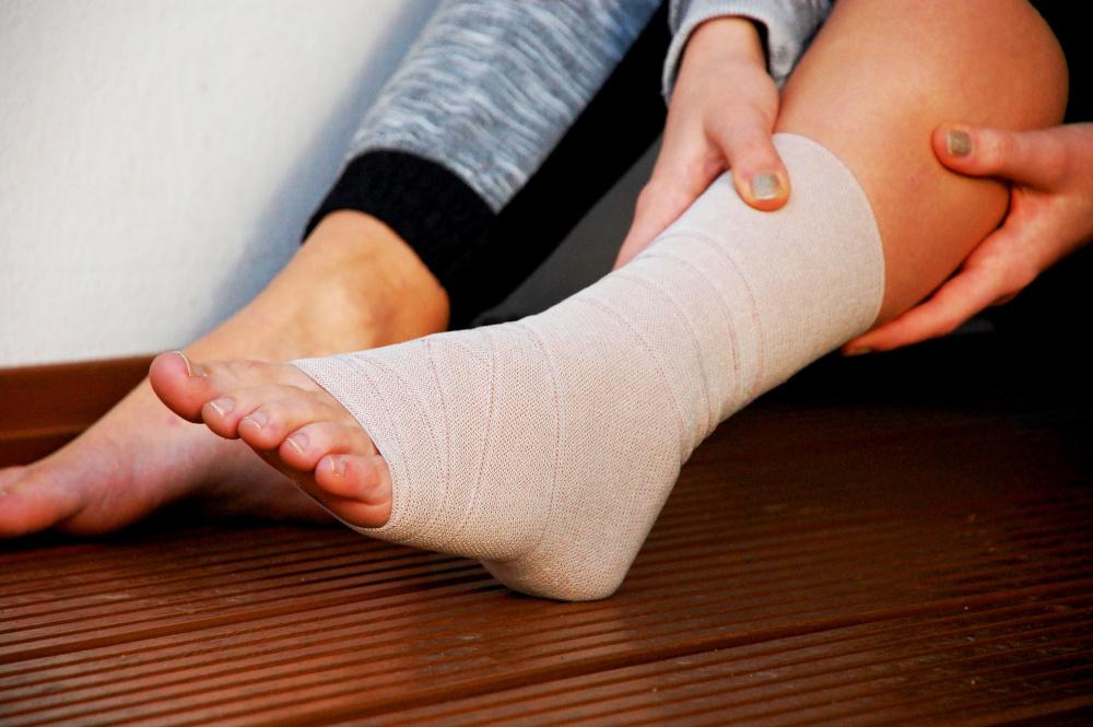 stopa kobiety która jest zabadnażowana