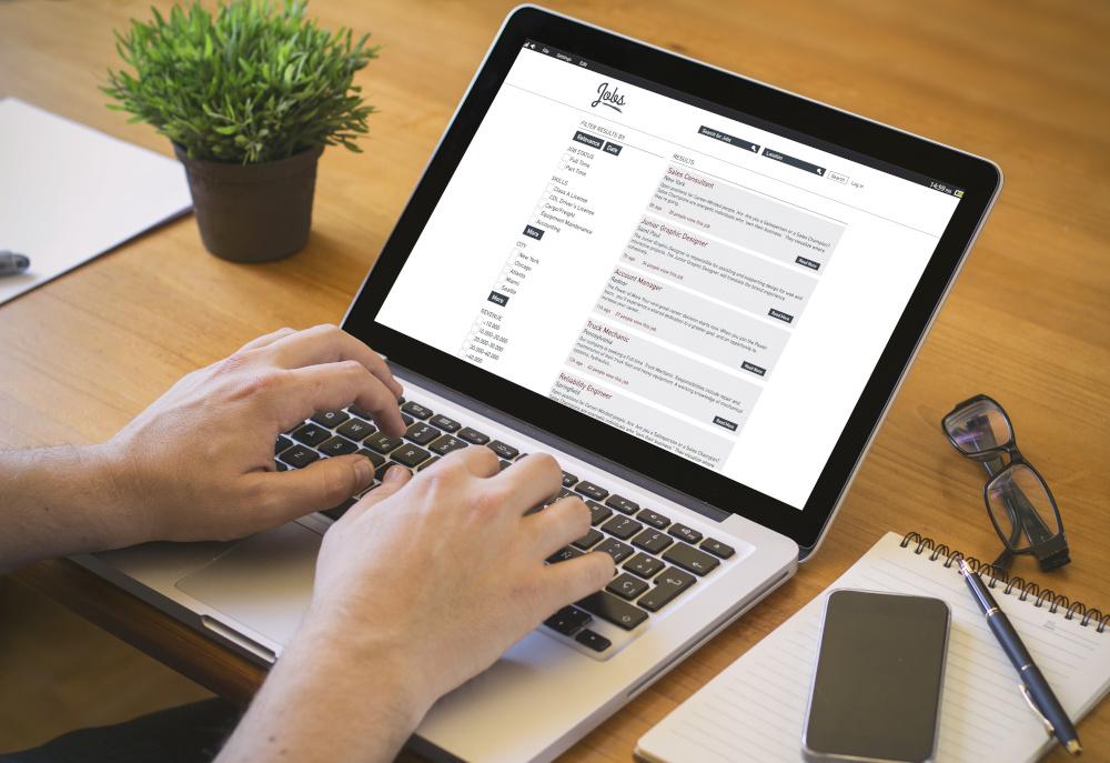 poszukiwania ofert pracy na laptopie