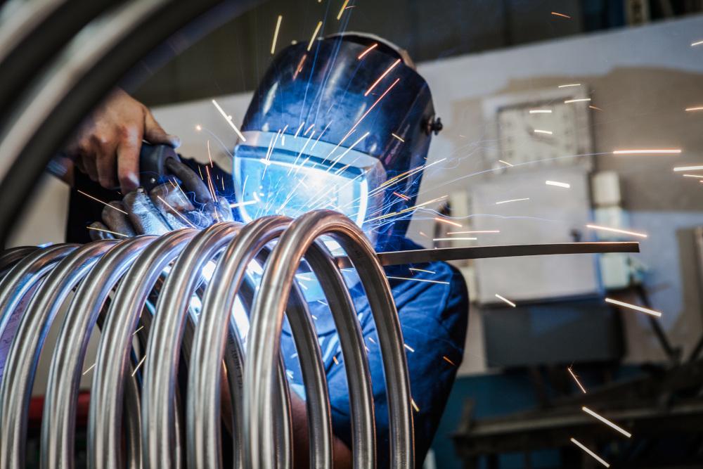 pracownik obrabiajacy spawarką metale