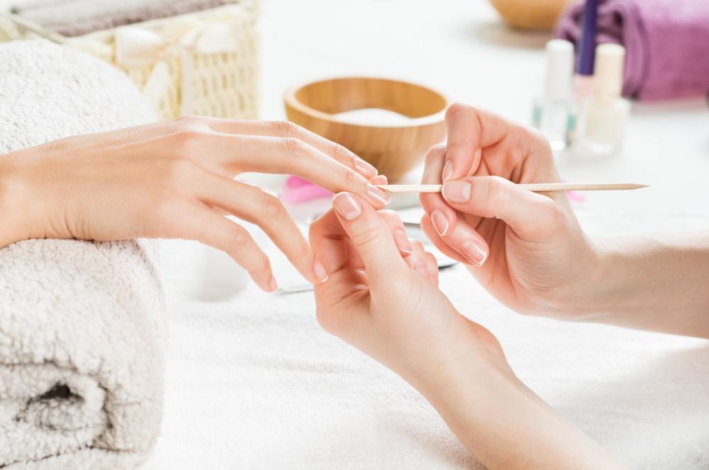 wykonywanie manicure kobiecie