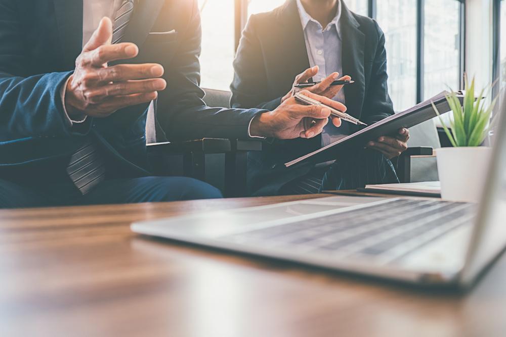 pracownicy opracowujący plany biznesowe w biurze